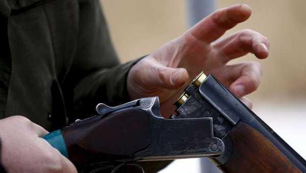 Выйдя измашины, пенсионер наставил ружье насупругов