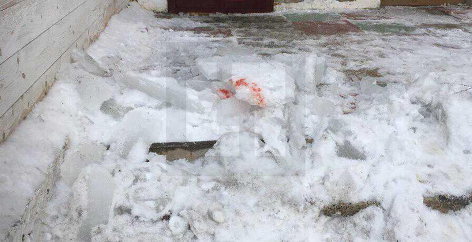 Очистка кровли здания от снега и наледи