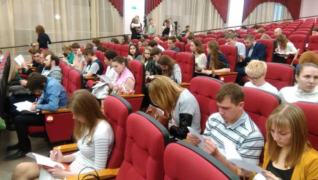 """Студенты заполняют анкеты участников на форум """"Территория смыслов на Клязьме 2016"""""""