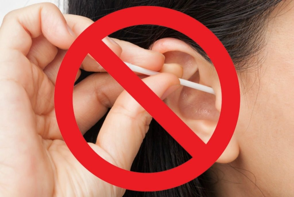 Нельзя чистить уши ватной палочкой