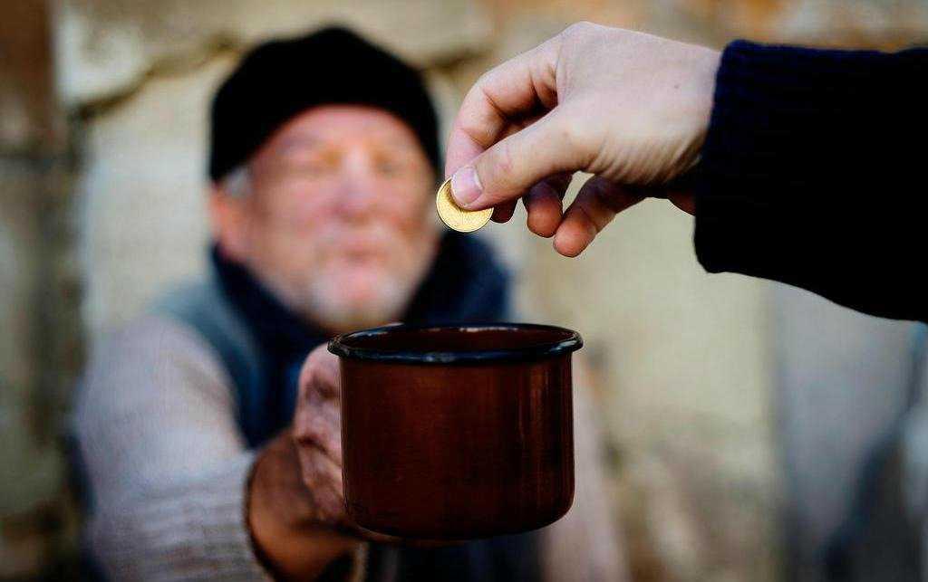 Подача милостыни к деньгам