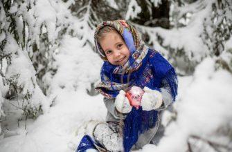 Девочка лепит снежки