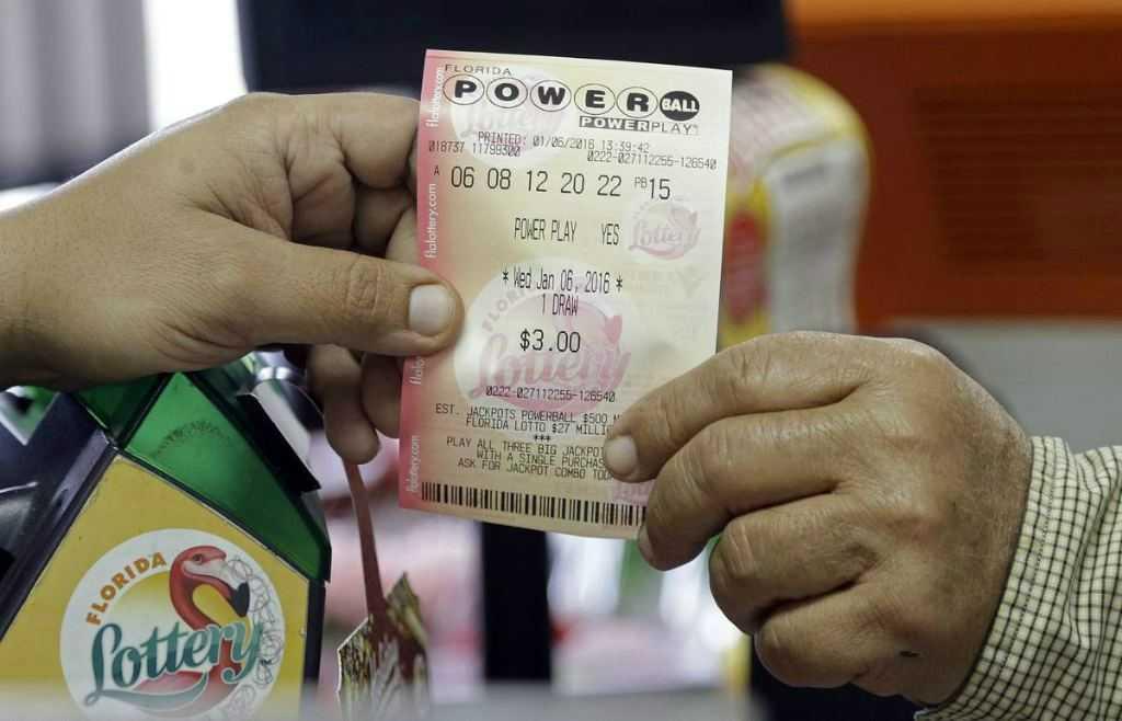Человек купил лотерейный билет