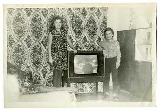 люди в СССР позировали на фото со своим первым телевизором