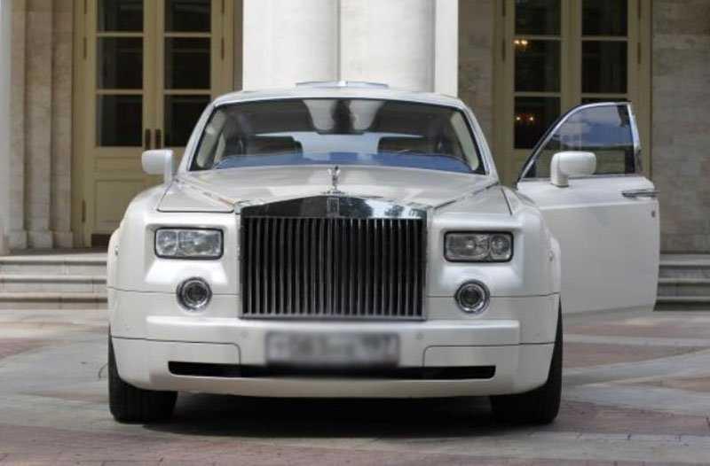 Александр Плаксин приобрел для своей супруги люксовый автомобиль Rolls-Royce, отдав за него 30 миллионов рублей.