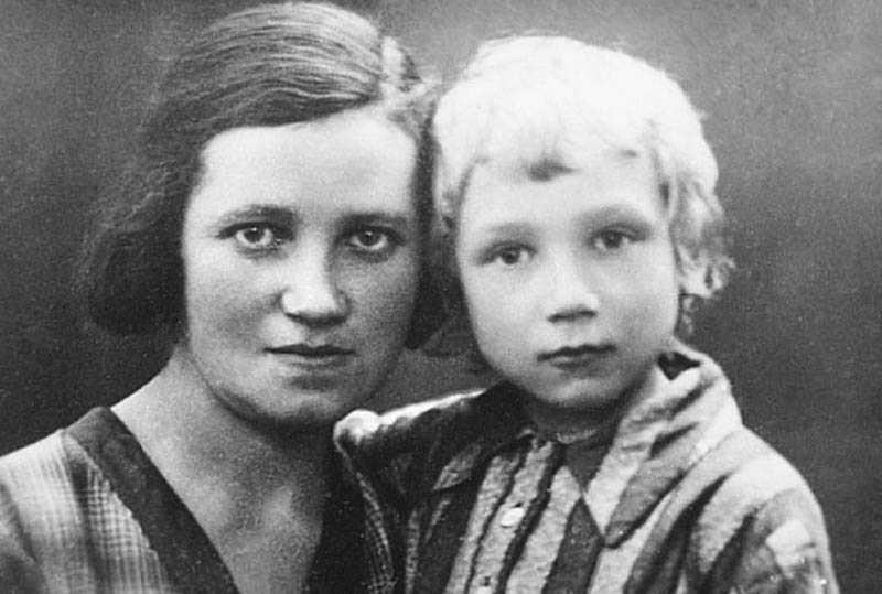 Лев Федотов и именно он стал прототипом героя романа «Дом на набережной» — Антона Овчинникова.
