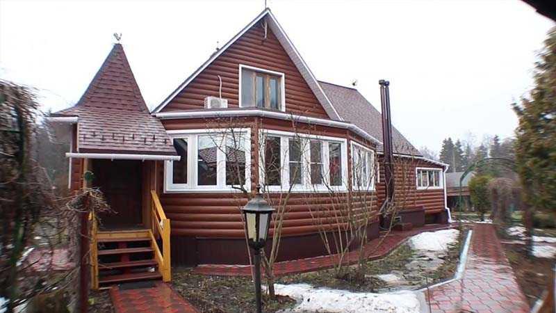 В Лобне у телеведущей расположен земельный участок, на котором была построена дача, дизайном которой выступила сама Ангелина Михайловна