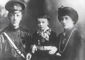 Даже, когда Гумилев ушел на фронт, у Ахматовой снова появился любовник