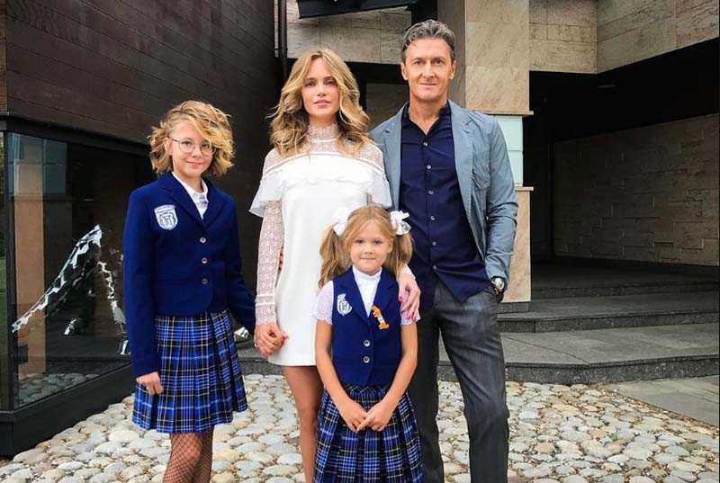 У певицы подрастают две дочери: 13-летняя Лида и 8-летняя Вера.