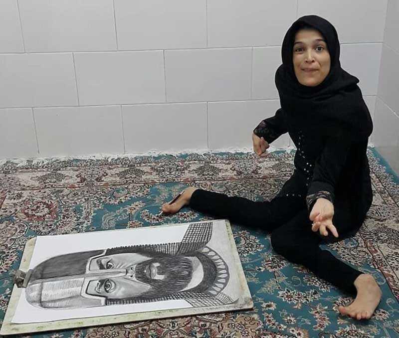 Как художница из Ирана рисует картины ногами