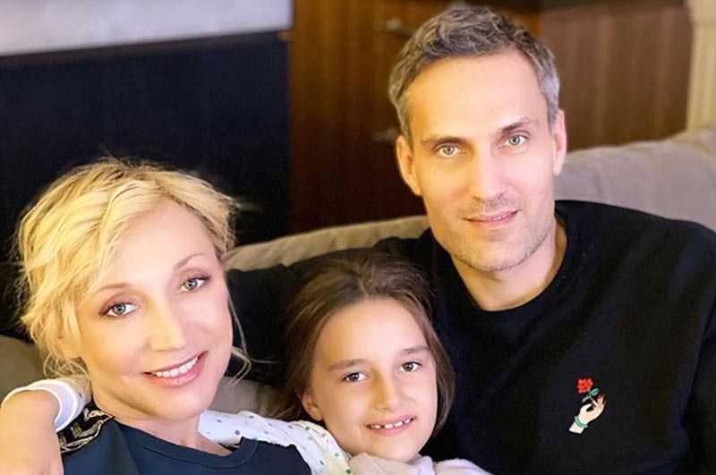 Орбакайте находится на самоизоляции вместе с супругом Земцовым Михаилом и дочкой Клавой.