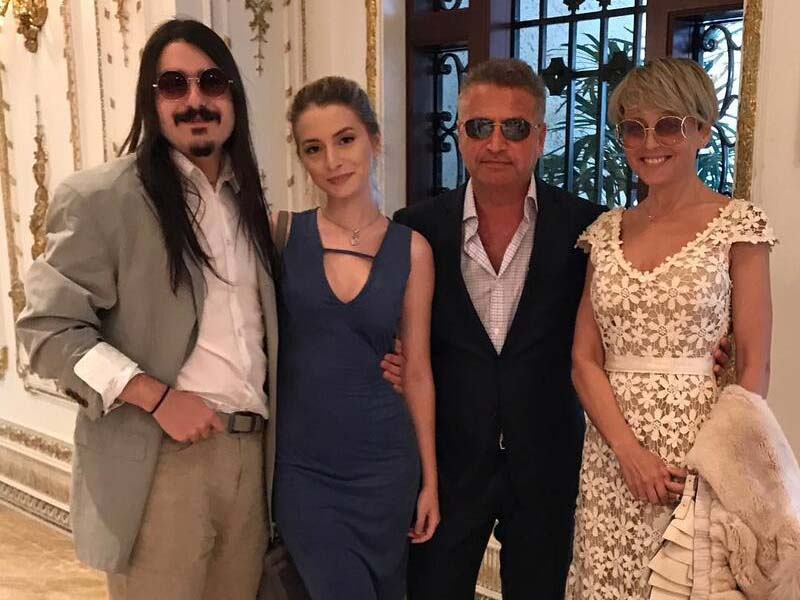 дочь Варум с бойфрендом — длинноволосым рокером Марком Анджело.