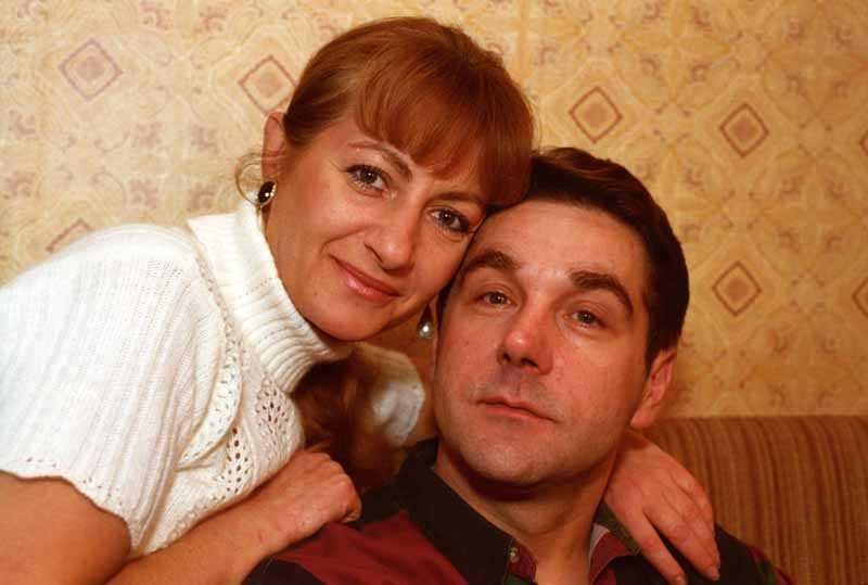 В конце съемочного дня Маковецкий пришел в кабинет Елены и поинтересовался, где же его жена, и напомнил женщине о данном им утром обещании.