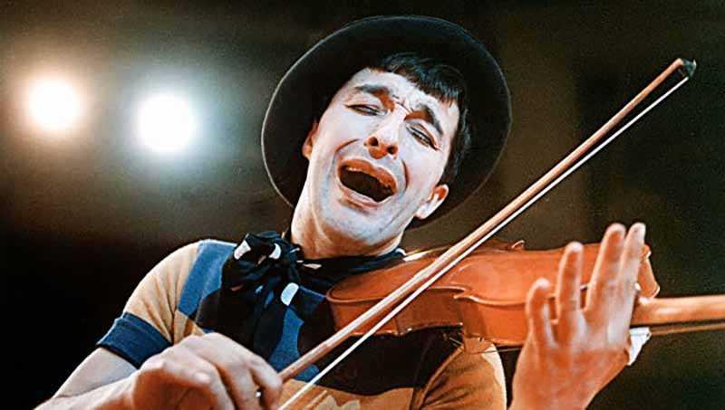 Леонид Енгибаров отучился в цирковом училище, получил профессию «соло-клоуна».