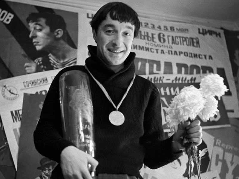 Стоит отметить, что выступал Леонид Георгиевич практически без грима, поэтому не выглядел как привычный всем разукрашенный клоун