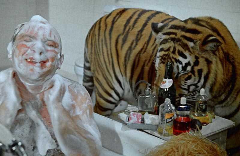 Забавный эпизод в ванной  В фильме снялся Евгений Леонов.