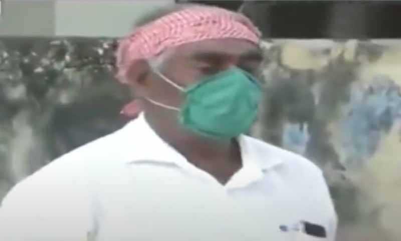 Житель одного из городов в Индии Мурти Пандей трудится в аэропорту Мумбаи.