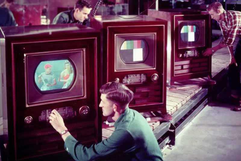 Русские специалисты считали, что воздействие солнечных лучей очень опасно для телевизоров, даже указывали в инструкции предупреждение об этом, настаивали на том, чтобы люди не ставили их там, куда попадает излучение.