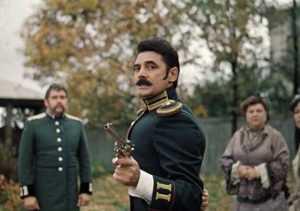 Два героя фильма «Жестокий романс» исполняемые актерами Александром Панкратовым-Черным и Никитой Михалковым, устроили между собой перестрелку, в ходе которой герой второго актера предложил выстрелить по стакану, поставленному ему на голову.