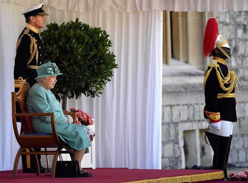 королева ставит свою сумку на пол во время обеда.