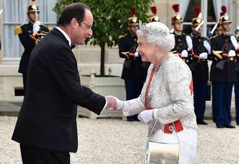 Елизавета постоянно везде ходит с сумочкой в руках.
