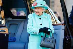 Почему королева Великобритании постоянно носит с собой сумку?