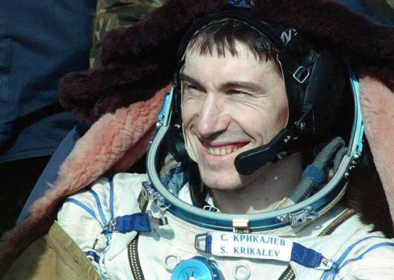Особое уважение иностранных коллег Крикалев заслужил тем, что своими руками сумел починить отказавший в шаттле прибор, который обеспечивает жизнеспособность космонавтов внутри него.