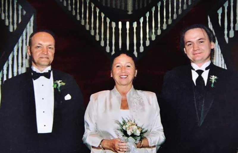Босов вышел на пенсию рано, так как был артистом балета.