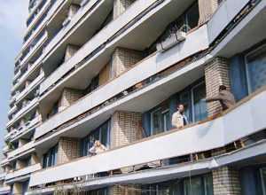 Иван Васильевич меняет профессию» Квартира, где проживал в кино Шурик, находится в кирпичной многоэтажке.