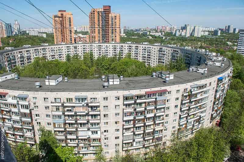 В те времена в СССР активно занимались строительством жилых домов. В основном строили здания по одну типу.