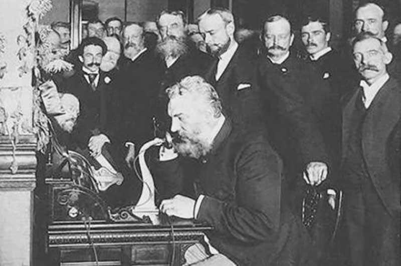 впервые создал телефон Александр Белл