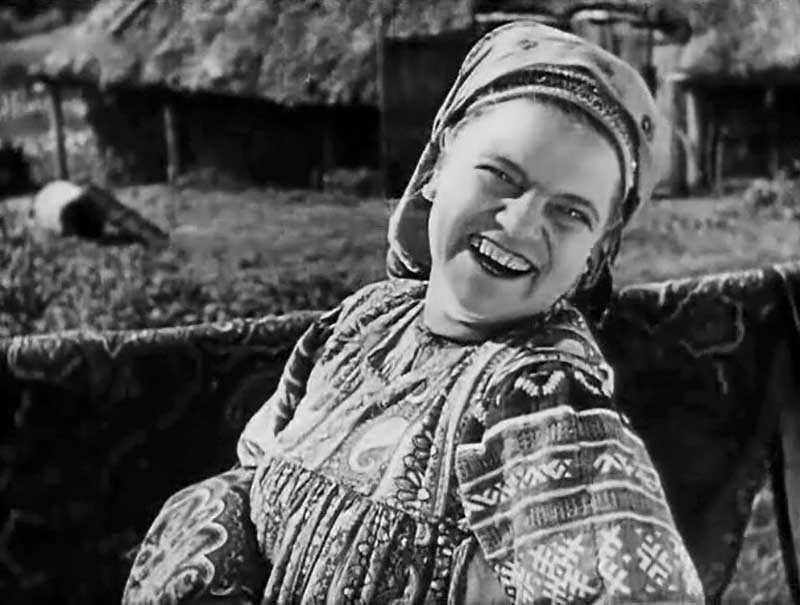 Параллельно учебе Елена Максимова принимала участие в театральных постановках, но эти выступления не приносили ей денег, и девушка устроилась работать на фабрику.