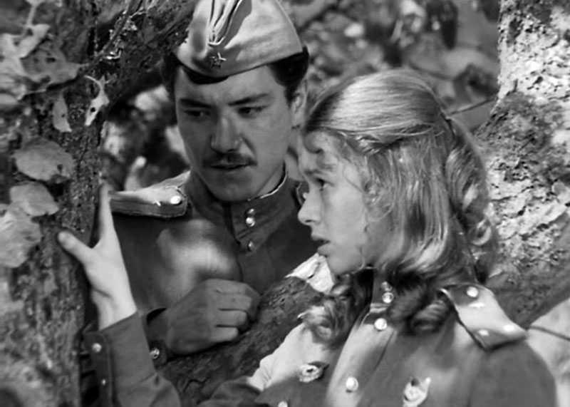 Также запоминающимся эпизодом в фильме являются ухаживания летчика-узбека за Марией Быковой.