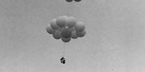 Как только товарищи Ларри перерезали канат, шезлонг начал быстро подниматься вверх, достигнув высотыоколо 5000 метров