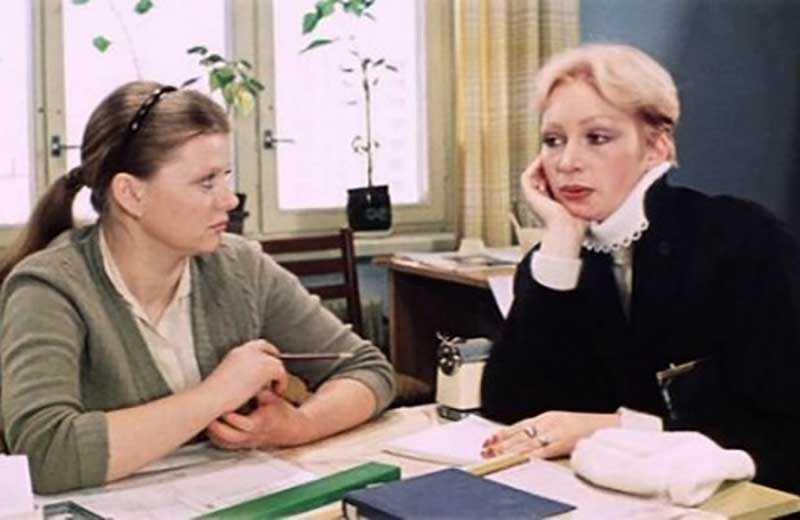 В комедии есть эпизод, где блондинка Сусанна приходит к Наде на работу.