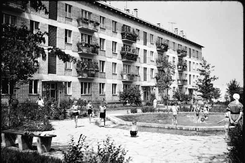 В народе эти дома называли «хрущевками» в честь Никиты Хрущева, который наконец-то решил вопрос с обеспечением населения жильем.