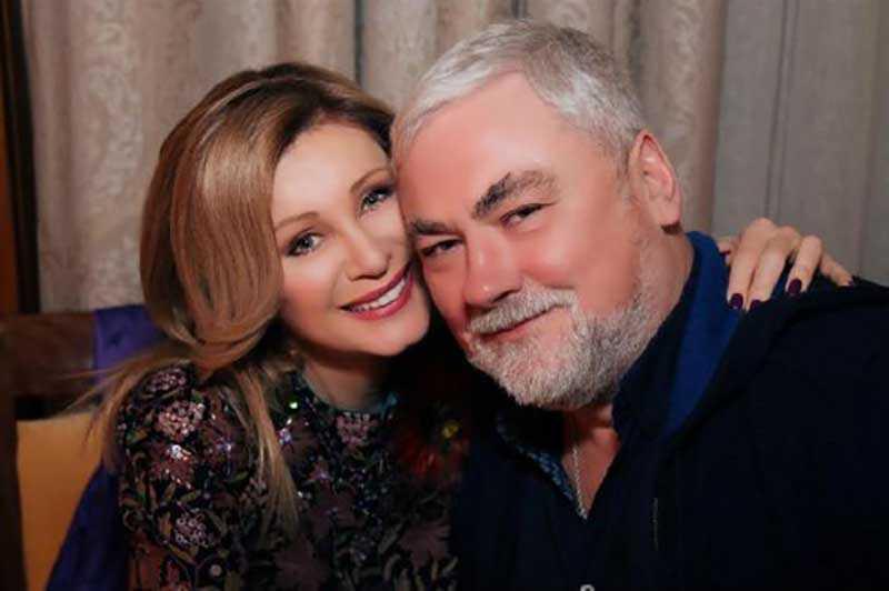 Вика все также живет со своим мужем, с которым они вместе уже более 30 лет