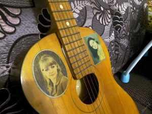 Переводные картинки с девушками на гитарах - откуда они брались?