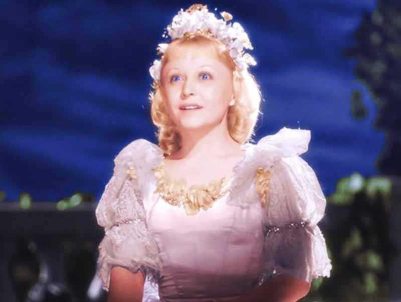 Янина Жеймо в жизни была больше похожа не на Золушку, а на Дюймовочку, ведь ее рост составлял всего 148 см.