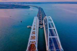 Впервые с открытия Крымского моста движение авто остановлено из-за непогоды