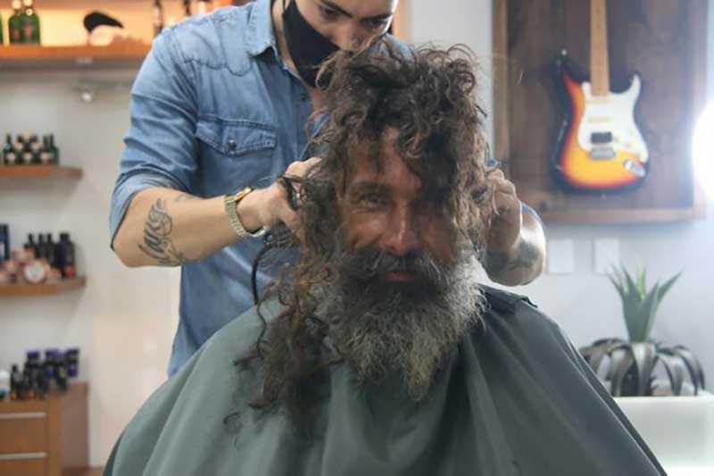 Как изменилась жизнь бездомного после того, как он попросил бритву в парикмахере