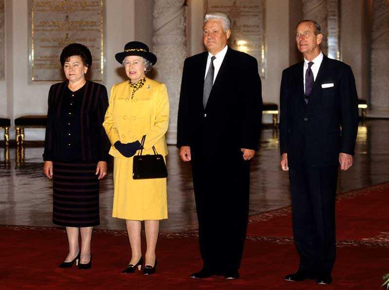 На следующий день королева присутствовала во время открытия нового музе