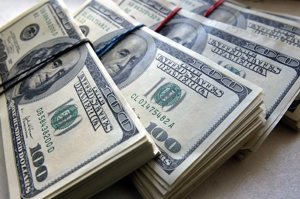 Финансовые эксперты посоветовали россиянам покупать подешевевшую иностранную валюту