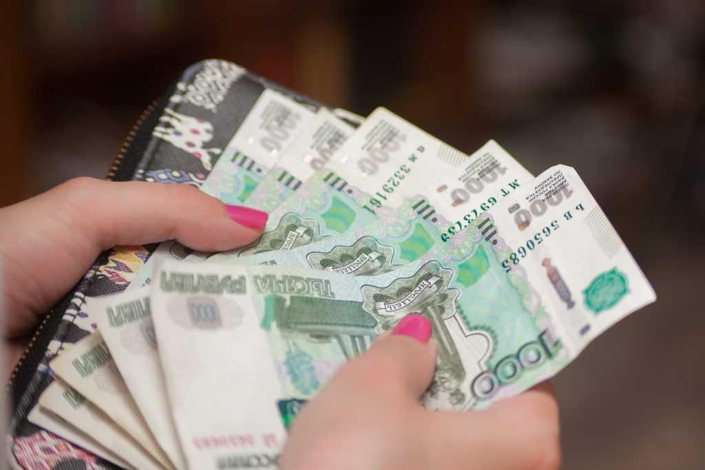 В январе в России реальная зарплата упала на 30%