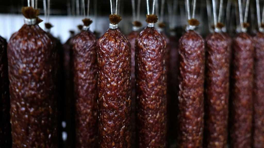Онкологи: колбаса опасна также, как и курение