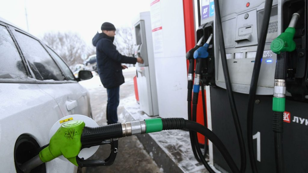Правительство пообещало удержать рост цен на заправках в пределах инфляции