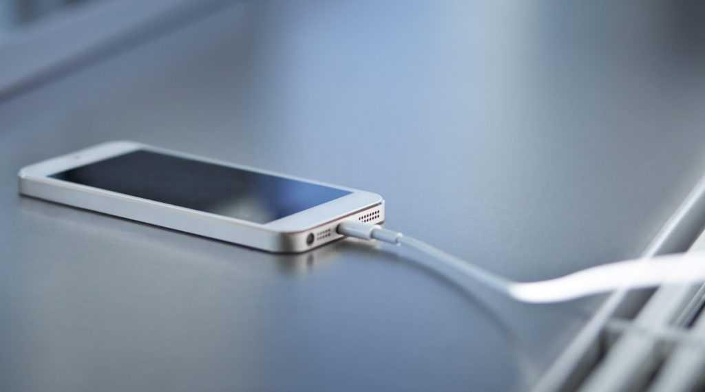 В Роскачестве назвали главные ошибки при зарядке смартфонов