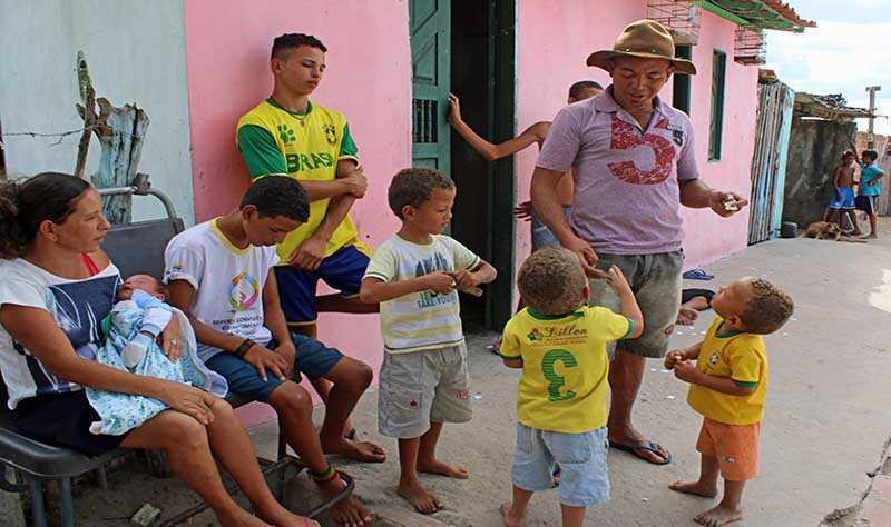 Семья из Бразилии, воспитывающая 13 сыновей