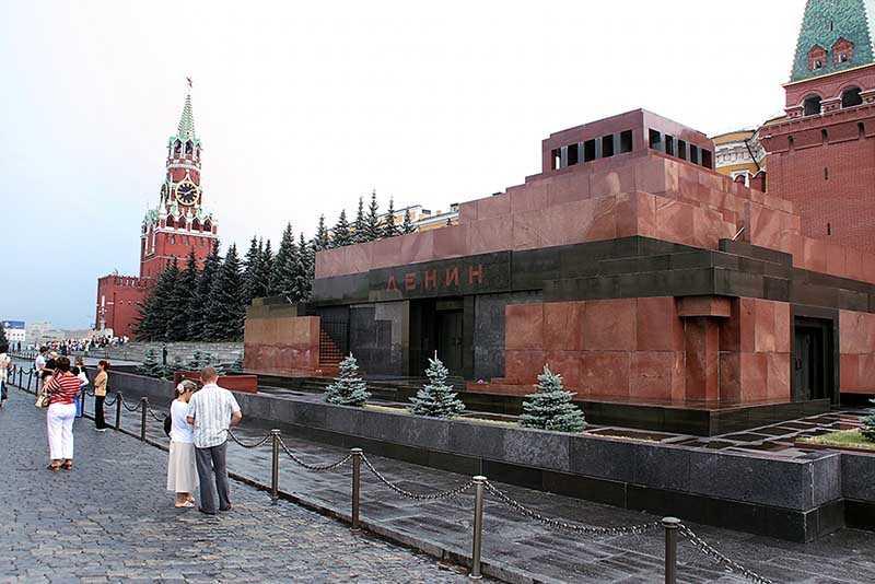 Власти были не против такого отношения народа к Ленину, а даже сами способствовали этому.