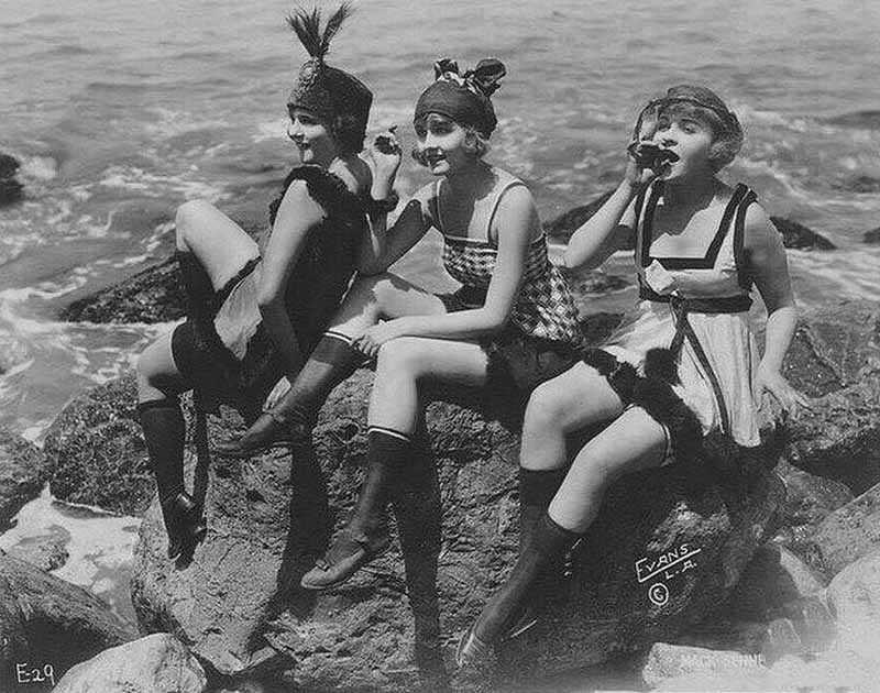В начале ХХ столетия девушки в чулках
